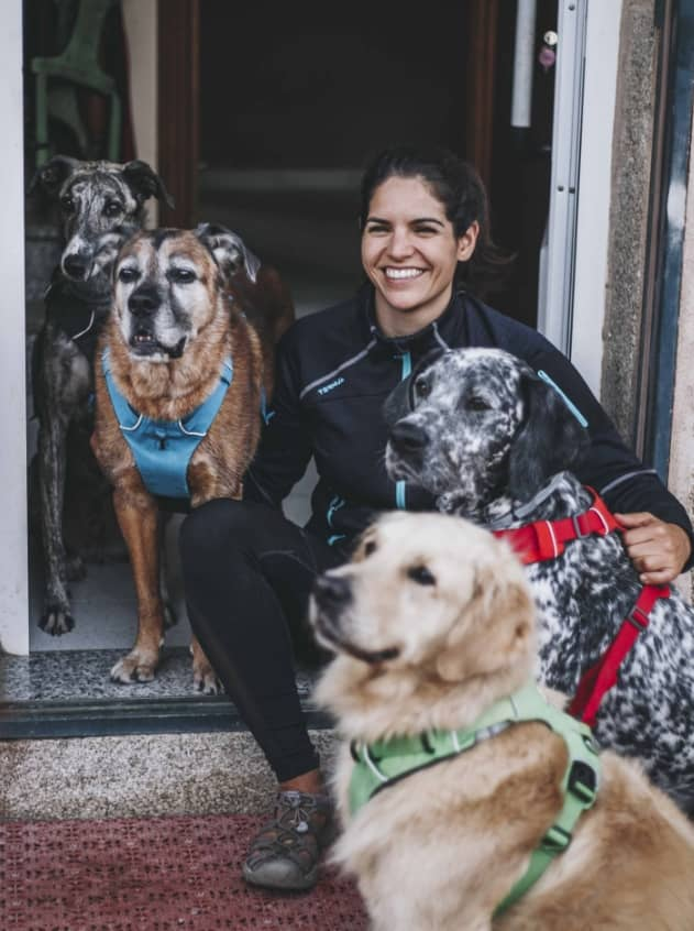 PAT, educadora canina, con sus perros